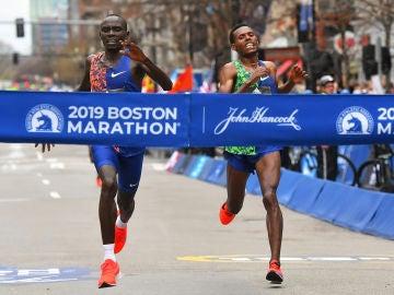 Lawrence Cherono y Lelisa Desisa llegan a la meta del maratón de Boston
