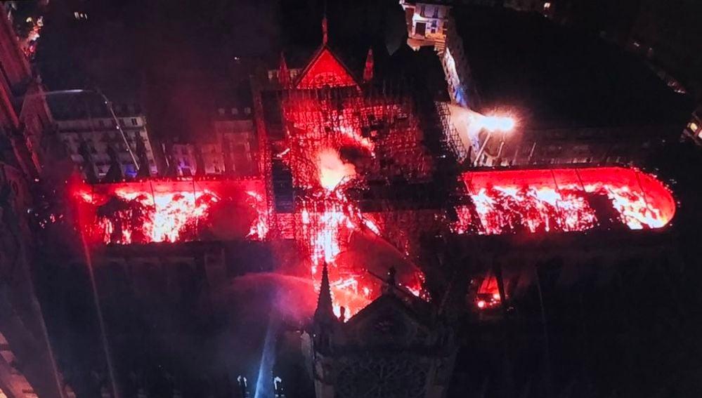 El incendio de la catedral de Notre Dame visto a través de un dron