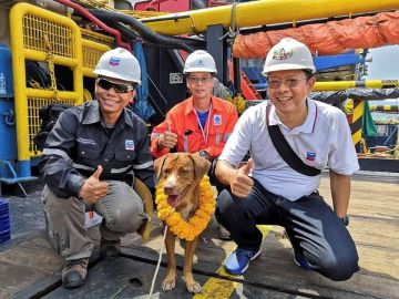 Boonrod con sus tres rescatadores en la planta petrolífera