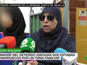 La familia del detenido declara ante los medios de comunicación.