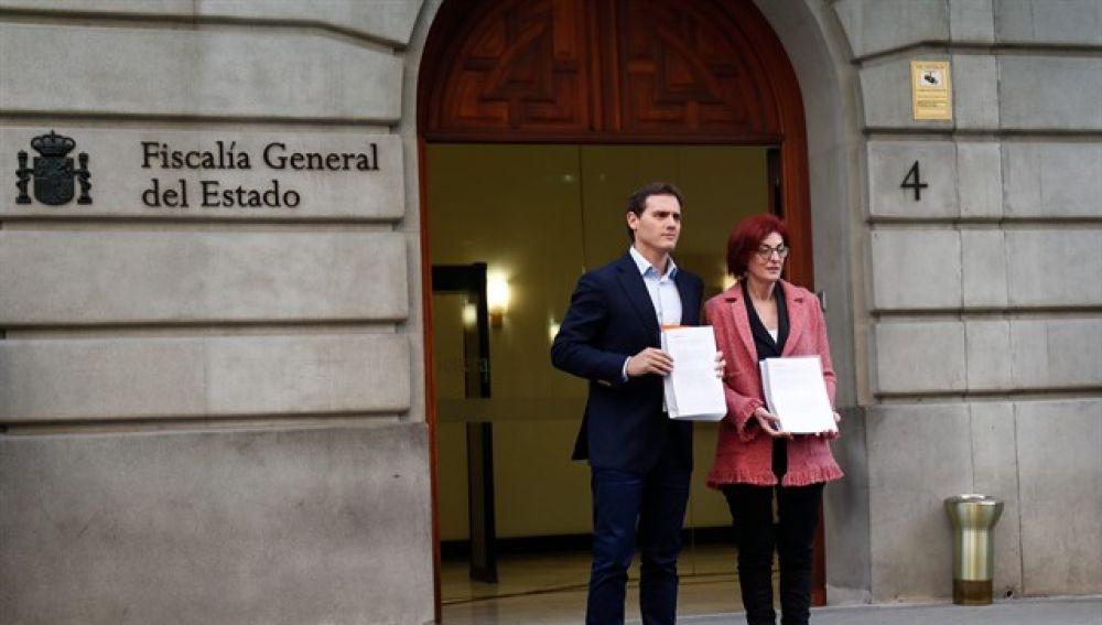Rivera y la candidata Maite Pgazaurtundúa muestran  la denuncia a los medios.
