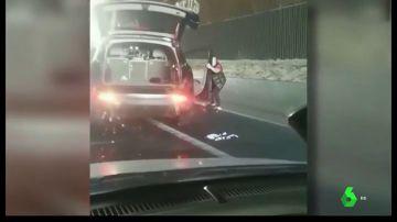 Puñetazos, patadas, e incluso intentan arrancar la puerta del coche: graban una brutal agresión en plena M-40 de Madrid
