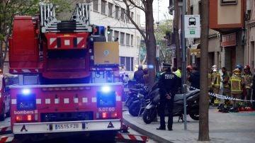 Bomberos y Mossos d'Esquadra permanecen en las inmediaciones del inmueble en L'Hospitalet de Llobregat