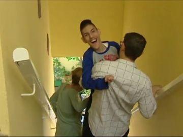La dramática situación de Inmaculada y Juan José: tienen un hijo con una discapacidad del 99% y llevan 17 años viviendo en una casa sin ascensor