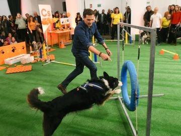 Albert Rivera con un perro en un acto de campaña