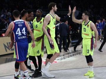 Los jugadores del Barcelona celebra su victoria ante el Efes