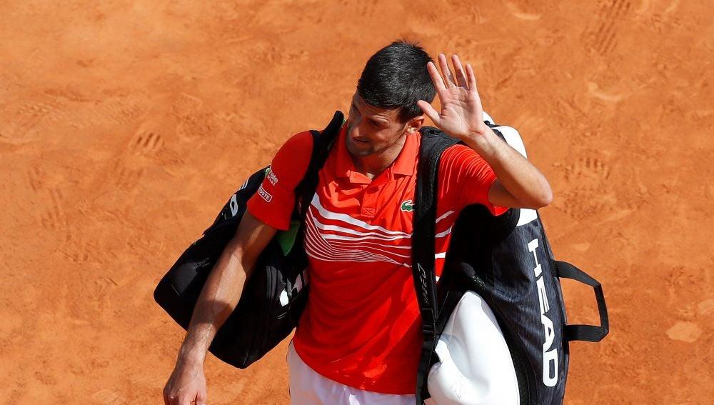 Novak Djokovic saluda al público de Montecarlo tras su derrota ante Daniil Medvedev