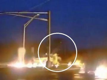 Sale ileso de milagro tras la explosión de un poste eléctrico averiado por un rayo
