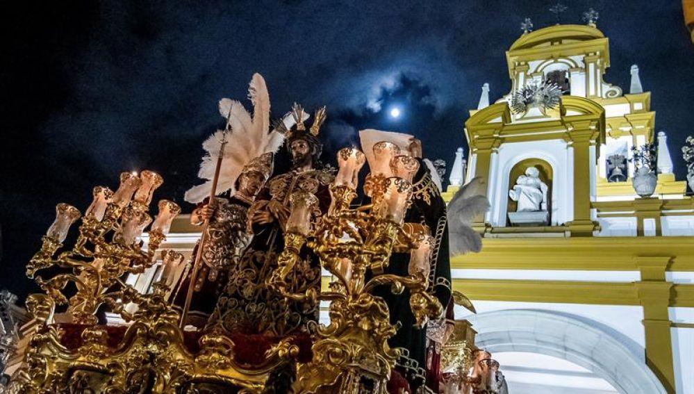 El paso del Cristo de la Sentencia de La Macarena a la salida de su templo