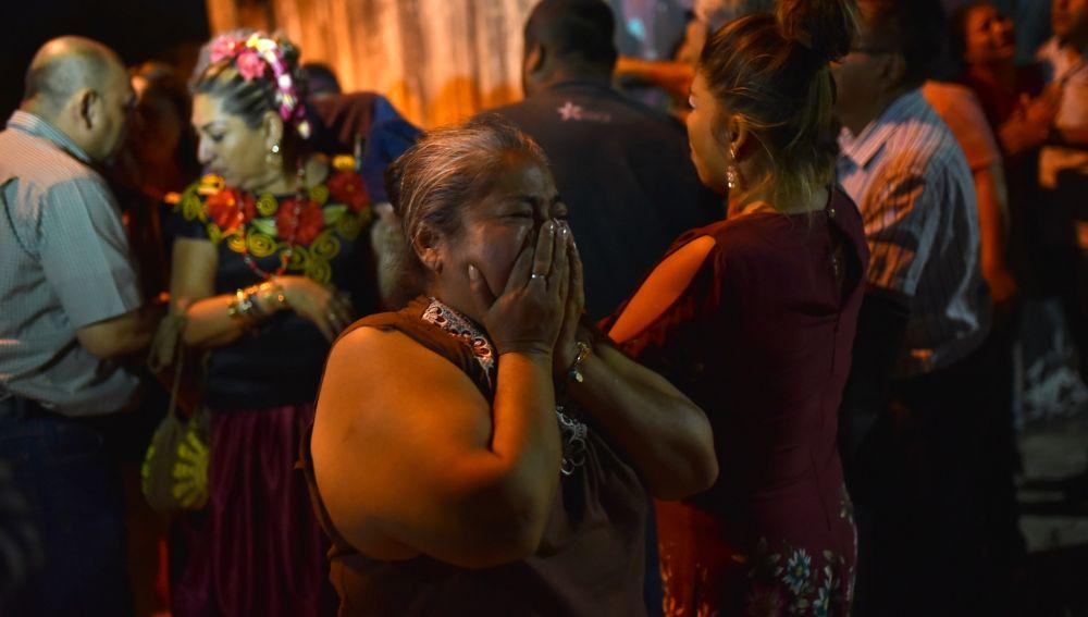 Familiares de las víctimas observan y lloran cerca de la zona del ataque.