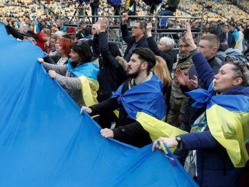 Varias personas asisten al debate que se ha celebrado en el estadio Olímpico de Kiev