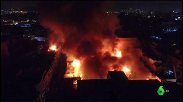 Un gran incendio arrasa parte del centro histórico de Lima, en Perú