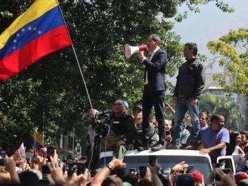 El presidente de la Asamblea Nacional, Juan Guaidó, y el líder opositor Leopoldo López