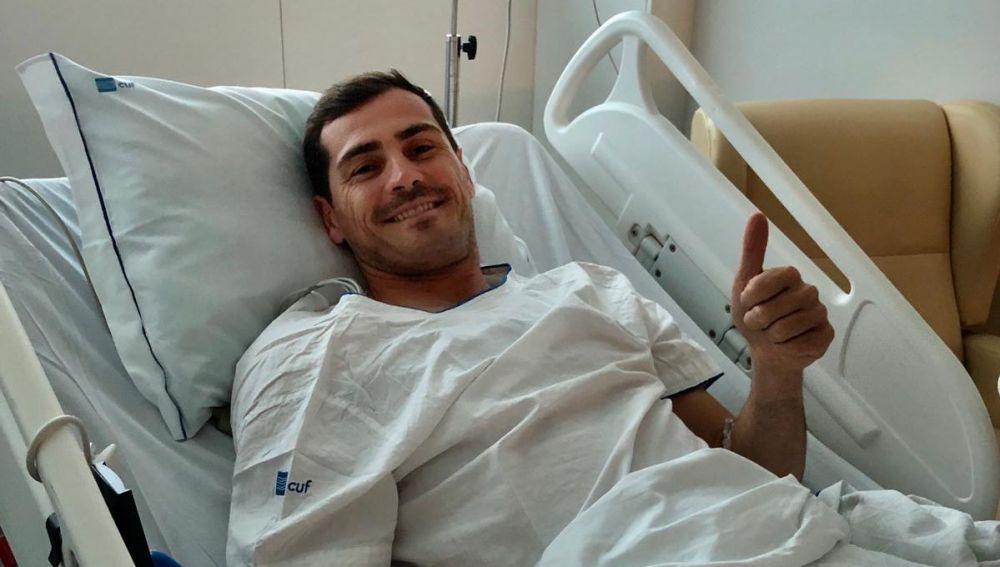 Iker Casillas sonríe desde la cama del hospital
