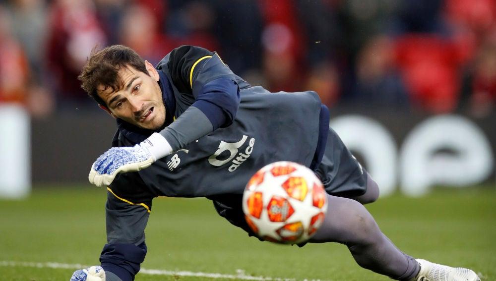 Iker Casillas realiza una parada durante un partido