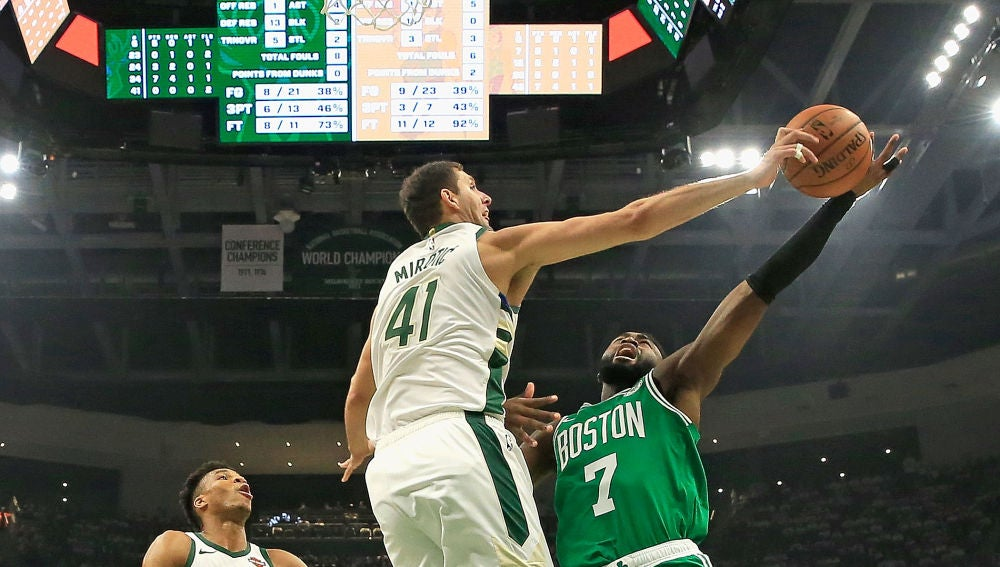 Nikola Mirotic tapona a Jaylen Brown