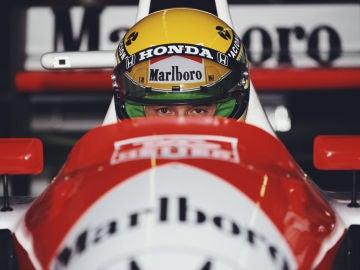 Ayrton Senna, subido al McLaren