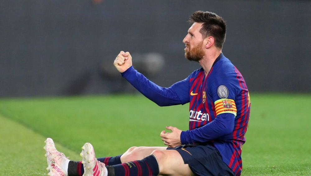 Messi celebra sentado un gol con el Barcelona