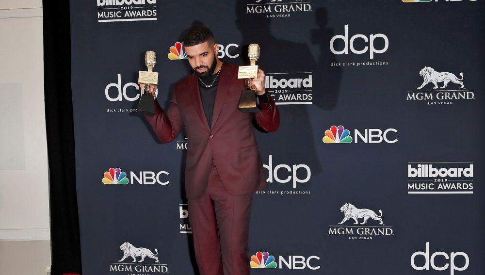 Drake posa con sus premios en la sala de prensa durante la ceremonia de entrega de los premios Billboard Music Awards.