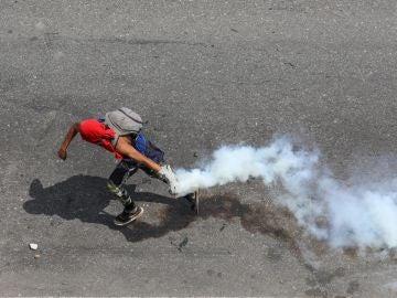 Opositores se enfrentan con la Policía en una manifestación este miércoles en las calles de Caracas