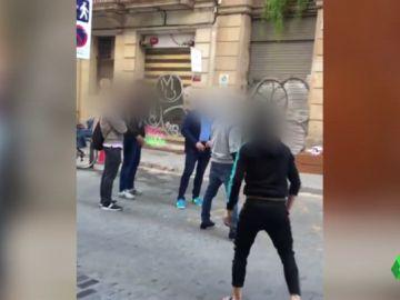 Varios vecinos se enfrentan con un grupo de menores okupas en Barcelona