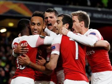 Aubameyang celebra con sus compañeros uno de sus goles en el Arsenal