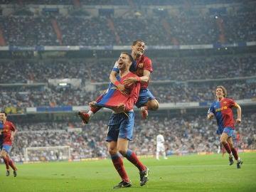 Piqué celebra su gol en el 2-6 del Barça en el Bernabéu