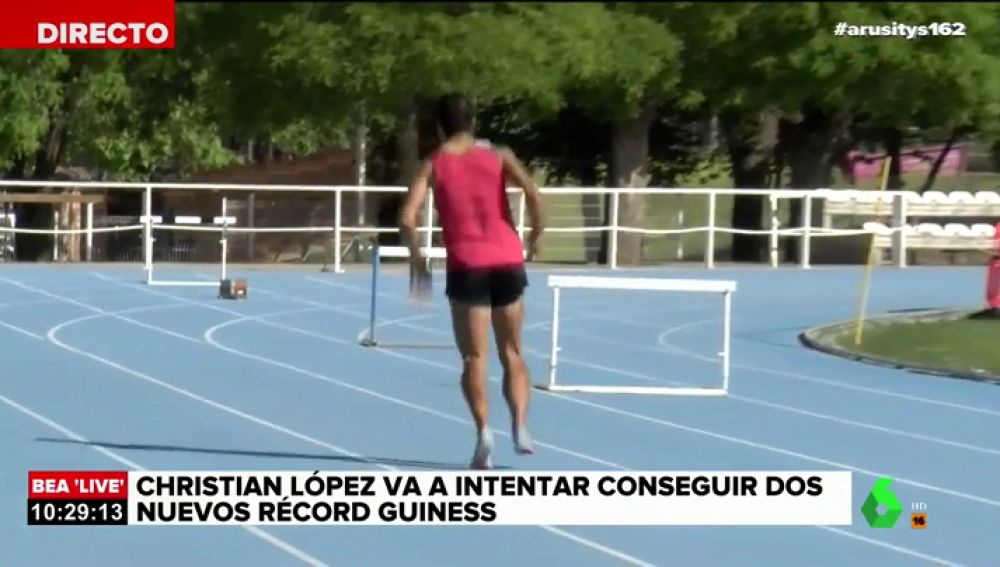 Christian López bate en directo el Récord Guiness de los 100 metros hacia atrás a la pata coja