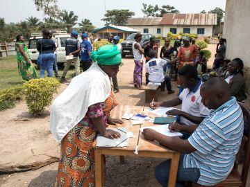 Punto de distribución de ayuda alimentaria del PMA a personas sospechosas de haber estado en contacto con víctimas del ébola en la localidad de Beni, en la República Democrática del Congo