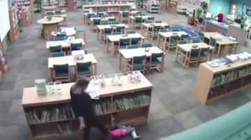 El duro vídeo que muestra a una profesora dando una patada a una niña de cinco años