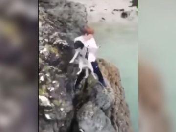 El joven lanzando el perro