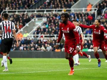 Origi celebra su gol con el Liverpool