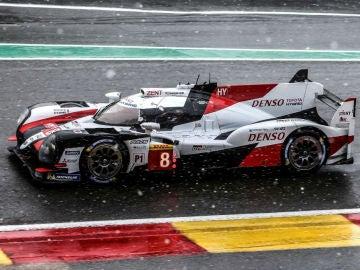 El Toyota de Fernando Alonso bajo la nevada de Spa