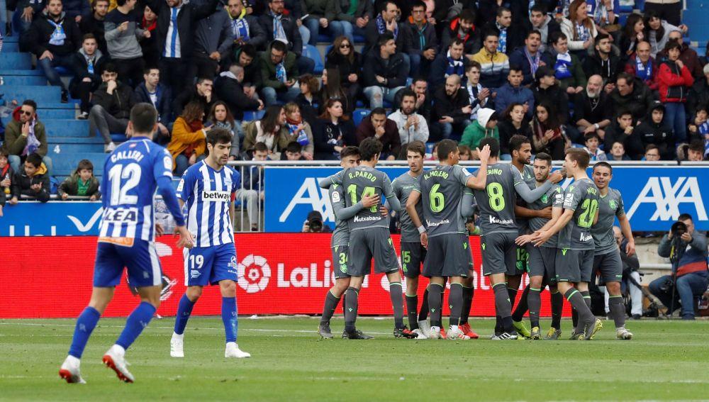 Los futbolistas de la Real Sociedad celebran el gol en Mendizorroza