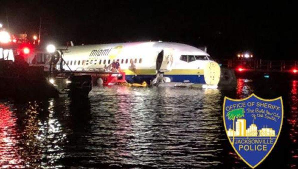 Imagen del avión que ha terminado en el río St. Johns