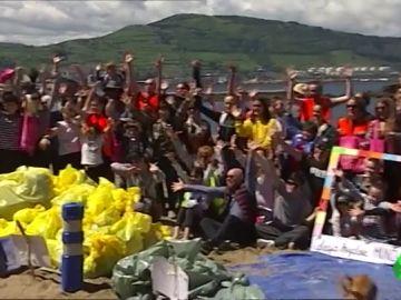 Tubos, triciclos, pivotes de carreteras y hasta ruedas: Getxo recoge 850 kilos de plástico de la playa de Arrigunaga