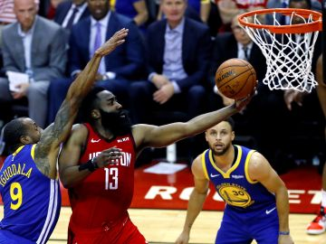 James Harden intenta anotar ante los Warriors