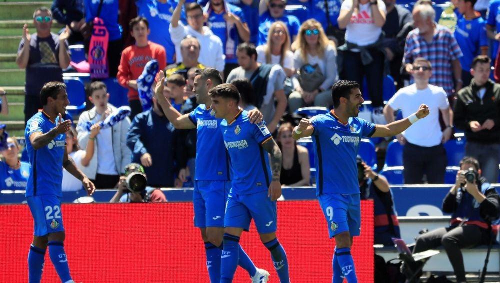 Los futbolistas del Getafe celebran la victoria del equipo azulón