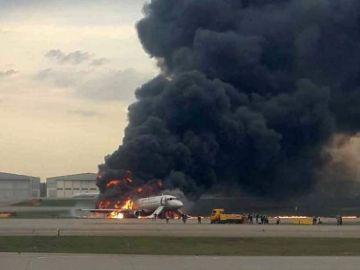 El avión en llamas en Moscú