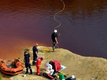 La Policía forense rastrea el lago de Mitsero en busca de cadáveres.