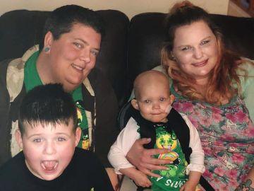 Imagen de las dos madres con la niña con cáncer