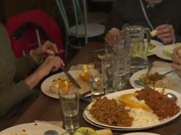 Imagen de una comida solidaria organizada por el padre Ángel