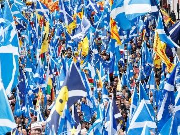 Miles de personas marcharon hoy pacíficamente por las calles de Glasgow, la ciudad más grande de Escocia