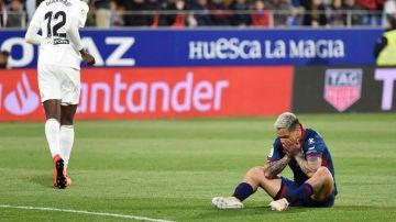 Chimy Ávila se lleva las manos a la cara en el partido contra el Valencia