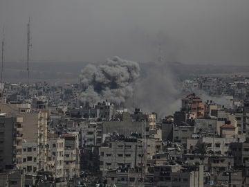 Cohetes lanzados desde Gaza hacia ciudades del sur impactan contra los edificios.