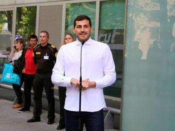 Iker Casillas, se dirige, emocionado a los medios tras salir del hospital