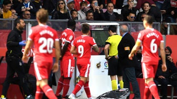 Los jugadores del Girona revisan las imágenes del Var