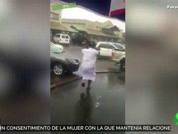 El polémico vídeo en el que un padre usa a su hijo como paraguas para resguardarse de la lluvia