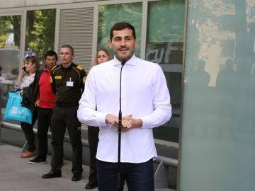 Casillas atiende a los medios en la salida del hospital