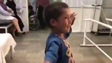 La felicidad de un niño afgano que puede volver a bailar tras quedarse sin pierna en la explosión de una mina